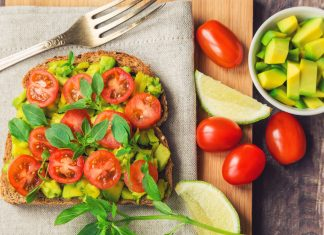 Tostadas de aguacate y tomate cherry